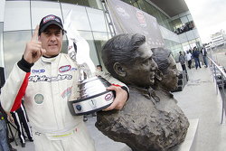 Ganador de la carrera Pepe González, AVM Racing celebra en el busto de los Hermanos Rodríguez