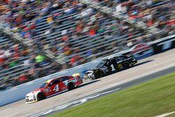 Kevin Harvick, Stewart-Haas Racing Chevrolet et Jamie McMurray, Chip Ganassi Racing Chevrolet