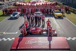 Ferrari Finali Mondiali retrato de familia con los pilotos de F1 Scuderia Sebastian Vettel y Kimi Ra