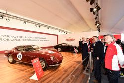 سيرجيو مارشيوني، رئيس فيراري والمدير التنفيذي لفيات وكرايزلر مع سائقي فيراري إف1 كلينتي مع فيراري في
