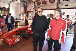 سيرجيو مارشيوني، رئيس فيراري والمدير التنفيذي لفيات وكرايزلر مع سائقي فيراري إف1 كلينتي