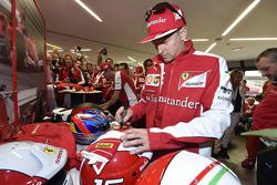 Kimi Raikkonen, Ferrari firma guantes para sus fans