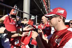 Sebastian Vettel, Ferrari firma autógrafos para sus fans