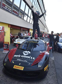 #27 Rossocorsa - Pellin Racing Ferrari 458: Alessandro Vezzoni celebra en el parc ferme
