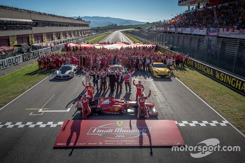 10. Retrato de la familia Ferrari Finali Mondiali con pilotos de la Scuderia F1 Sebastian Vettel y Kimi Raikkonen