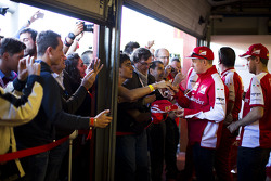 Kimi Raikkonen and Sebastian Vettel, Ferrari firma autógrafos para los fans