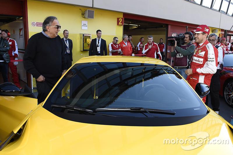 Sebastian Vettel con Sergio Marchionne, presidente de Ferrari y un Ferrari F12tdf