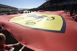 Scuderia Ferrari bandera en la parrilla de salida