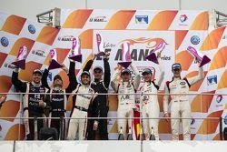 Podio LMP3: ganadores David Cheng, Ho-Pin Tung, Thomas Laurent, segundo lugar Alex Kapadia, Masataka Yanagida, Olie Hancock