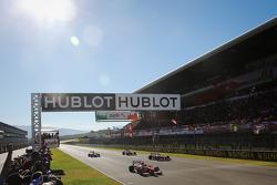 Le monoposto F1 della Scuderia Ferrari sulla griglia di partenza durante l'esibizione dei piloti