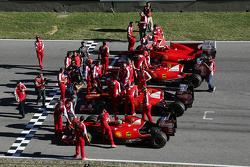 Le monoposto F1 della Scuderia Ferrari schierate sulla griglia di partenza durante l'esibizione dei piloti