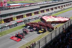 I componenti della Scuderia Ferrari schierati per la foto ufficiale