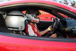 Sebastian Vettel, Ferrari, firma la maglietta di un giovane tifoso