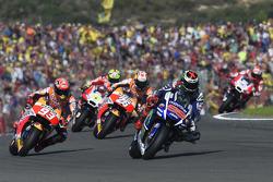 Start: Jorge Lorenzo, Yamaha Factory Racing aan de leiding