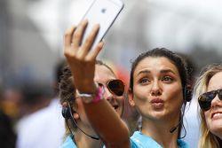 Le ragazze adorano farsi i selfie