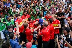 Il vincitore Lucas di Grassi, Abt Schaeffler Audi Sport, festeggia con il team