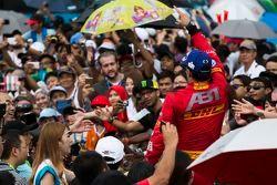 Il vincitore Lucas di Grassi, Abt Schaeffler Audi Sport, festeggia la vittoria