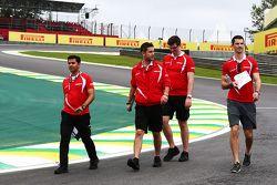 ألكسندر روسي، مانور يسير على الحلبة مع طاقم الفريق