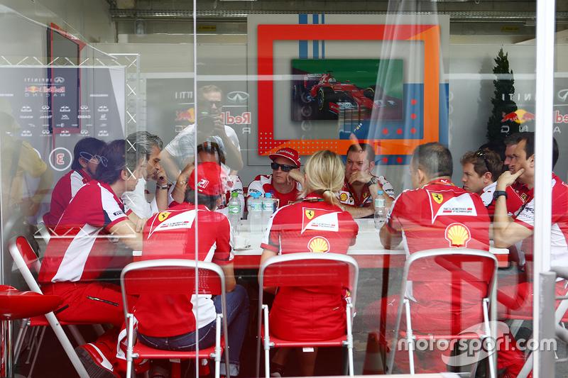 Enquanto isso, a Ferrari se reúne