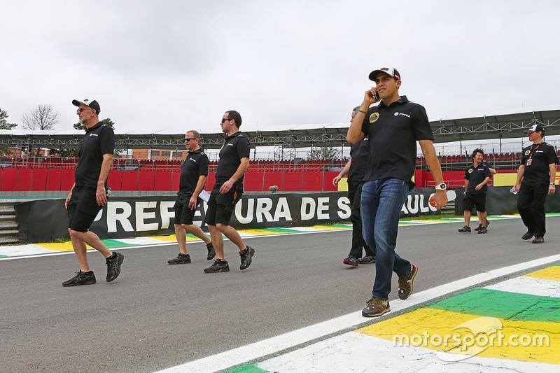 Pastor Maldonado e membros da Lotus caminham pelo circuito