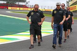 Pastor Maldonado, Lotus F1 Team walks the circuit with the team