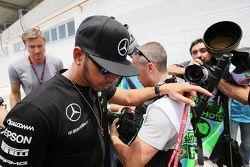 Lewis Hamilton, Mercedes AMG F1 chega ao paddock