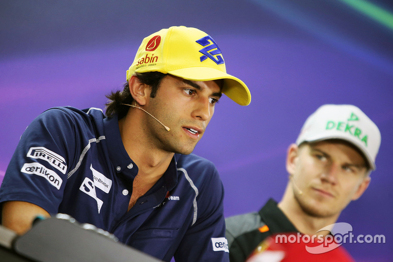 Felipe Nasr é observado por Nico Hulkenberg