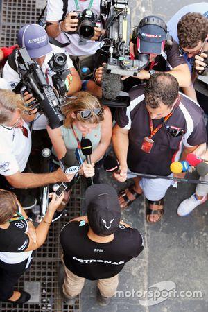 Lewis Hamilton, Mercedes AMG F1 com repórteres