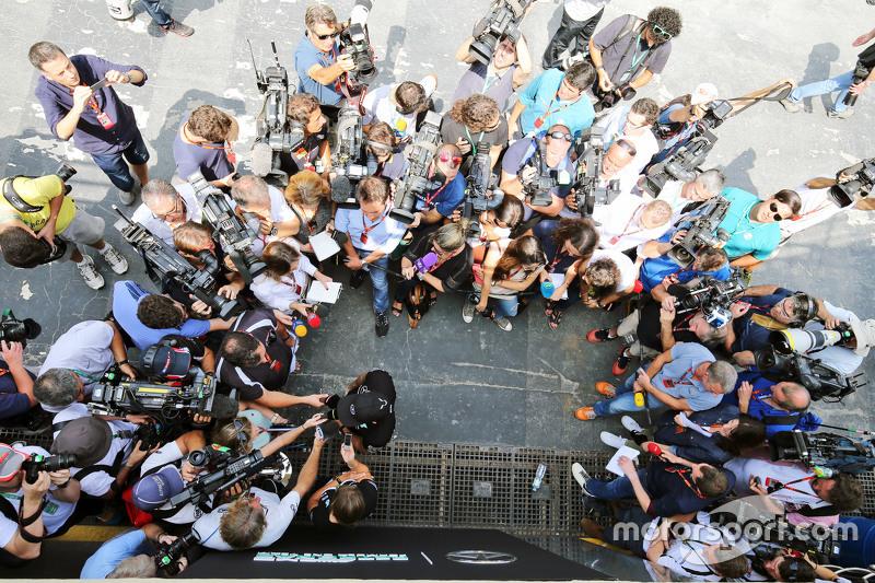 Repórteres e cinegrafistas se acotovelam para entrevista Lewis Hamilton