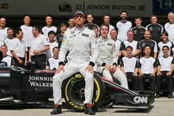 Jenson Button, McLaren et Stoffel Vandoorne, Pilote de réserve et d'essais McLaren lors d'une photo collective
