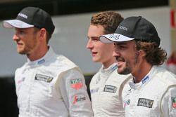 Jenson Button, McLaren avec Stoffel Vandoorne, Pilote de réserve et d'essais McLaren et Fernando Alonso, McLaren lors d'une photo collective