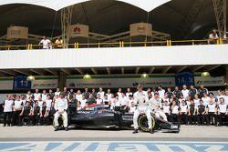 Fernando Alonso, McLaren; Jenson Button, McLaren; et Stoffel Vandoorne, Stoffel Vandoorne, Pilote de réserve et d'essais McLaren F1 Team lors d'une photo collective