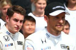 Stoffel Vandoorne, Pilote de réserve et d'essais McLaren et Jenson Button, McLaren lors d'une photo collective
