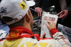 Mads Ostberg, Citroën World Rally Takımı hayranları için imza dağıtıyor