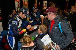 Sébastien Ogier, Volkswagen Motorsport hayranları için imza dağıtıyor