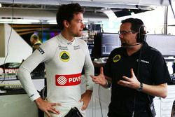 Jolyon Palmer, pilote d'essais et de réserve Lotus F1 Team avec Julien Simon-Chautemps, Ingénieur de Course Lotus F1 Team