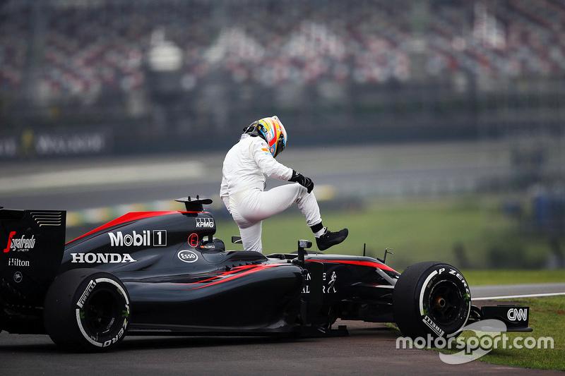 Фернандо Алонсо остановился на трассе во время второй тренировки