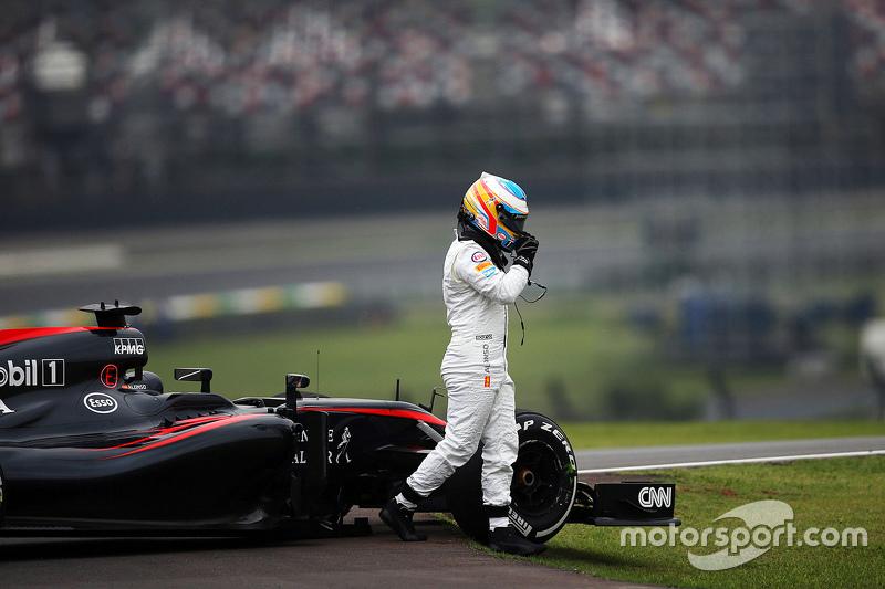 Fernando Alonso, McLaren MP4-30 se detuvo en el circuito en la segunda sesión de práctica