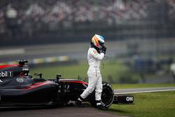 Фернандо Алонсо, McLaren MP4-30 остановился на трассе во время второй тренировки