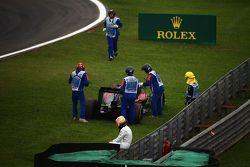 Fernando Alonso, McLaren assiste a remoção da sua McLaren MP4-30 da pista
