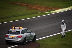 Fernando Alonso, McLaren marche vers la voiture médicale de la FIA