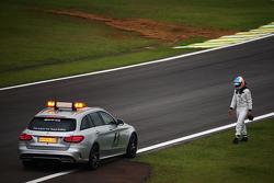 Фернандо Алонсо, McLaren идет к медицинской машине FIA во время второй тренировочной практики