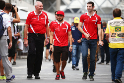 (Da sx a dx): John Booth, Team Principal del Team Manor Marussia F1 con Will Stevens, Manor Marussia F1 Team e Alexander Rossi, Manor Marussia F1 Team