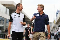 Jenson Button, McLaren avec Marcus Ericsson, Sauber F1 Team