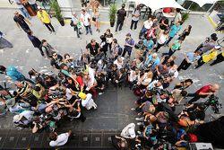 Lewis Hamilton, Mercedes AMG F1 et Nico Rosberg, Mercedes AMG F1 avec la presse