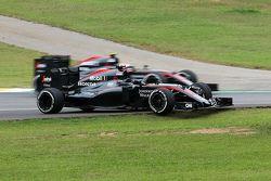 Jenson Button, McLaren MP4-30 dépasse la McLaren MP4-30 à l'arrêt de Fernando Alonso, McLaren