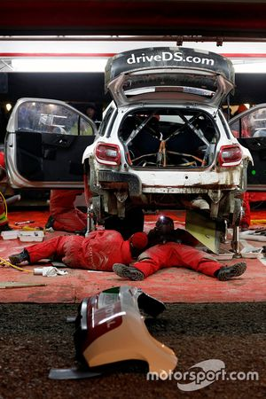 Meccanici del Citroën World Rally Team al lavoro