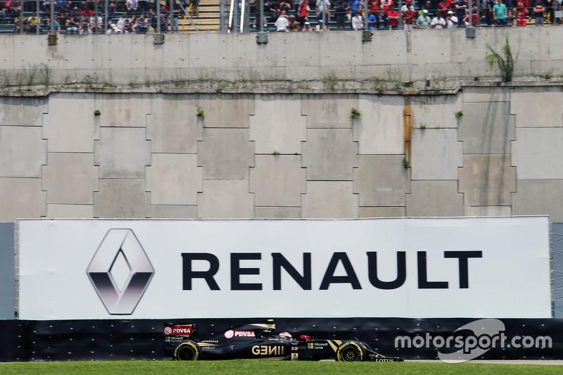 Пастор Мальдонадо, Lotus F1 E23 проїжджає рекламу Renault