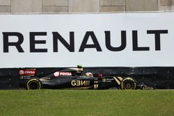 Pastor Maldonado, Lotus F1 E23 devant un panneau publicitaire Renault