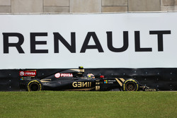 Pastor Maldonado, Lotus F1 E23 passes a Renauly advertising hoarding